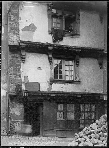 Façade sur rue d'une maison ancienne
