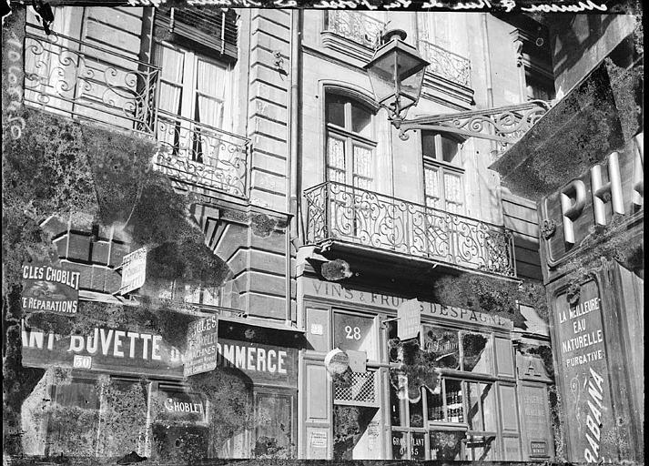 Devantures de boutiques : fenestrage et balcons en fer forgé
