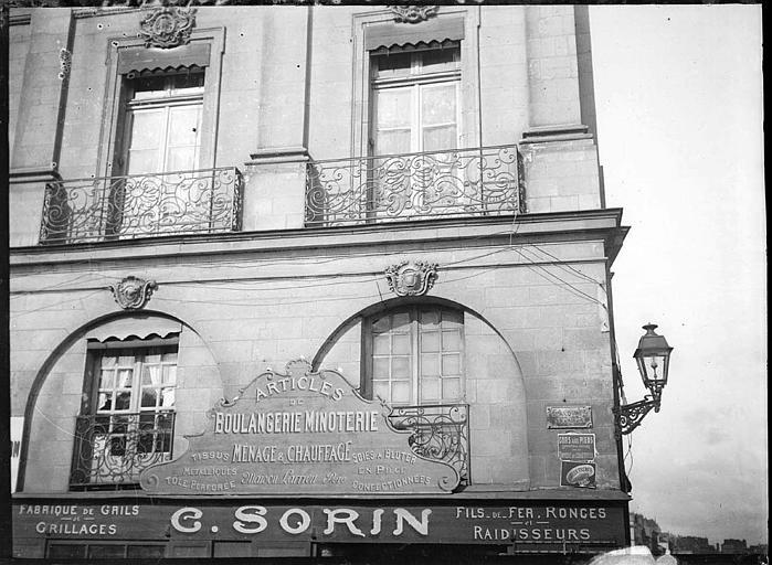 Façade de boulangerie : balcons en fer forgé