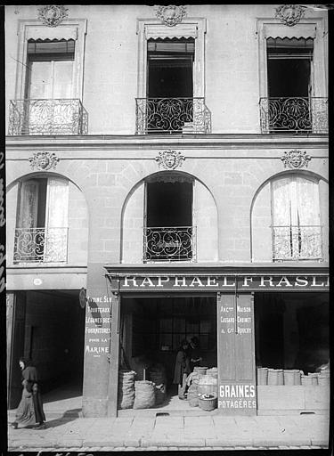 Devanture de boutique : fenestrage et balcons en fer forgé
