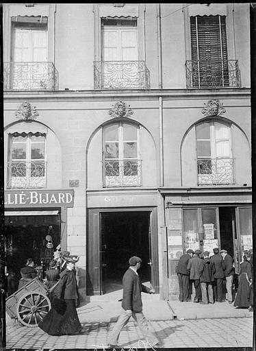 Devantures de boutiques : passants, fenestrage et balcons en fer forgé