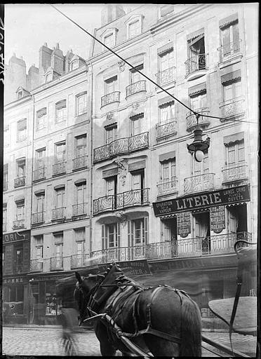 Façades et devantures de boutiques : balcons en fer forgé, cheval au premier plan