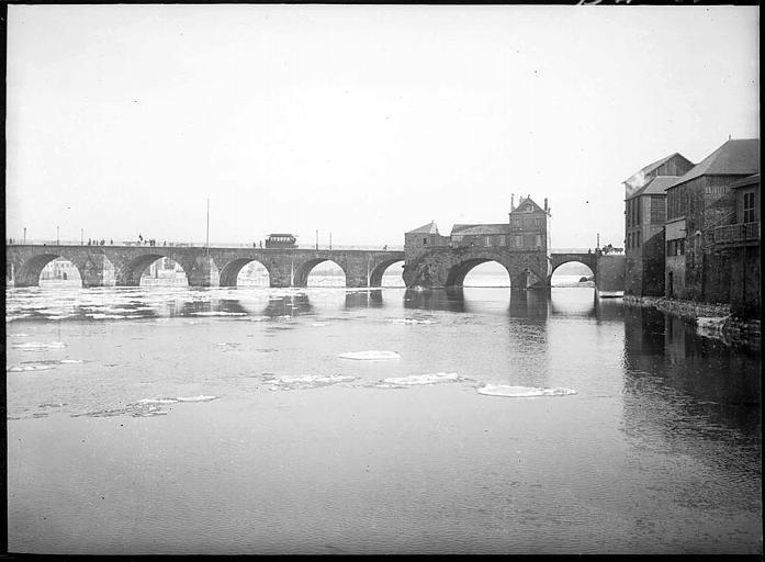 Vue d'ensemble : arches, maisons sur les bords du fleuve