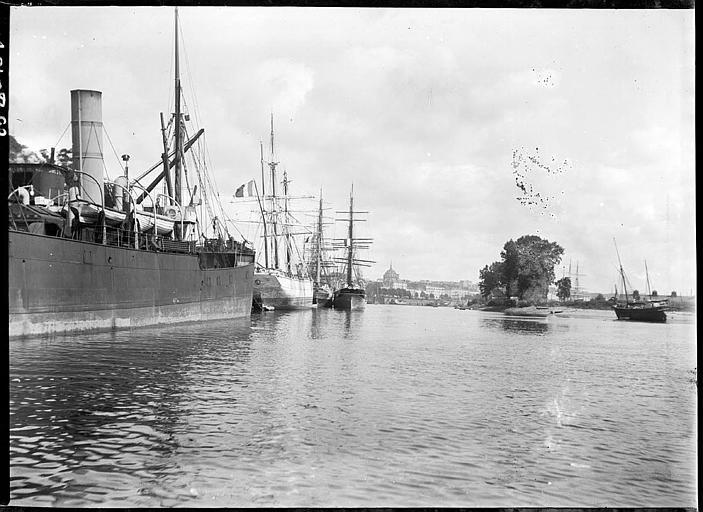 Grands voiliers et chalutier à quai