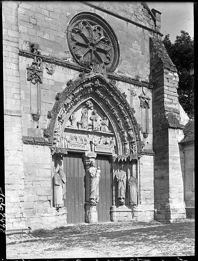 Façade ouest : portail et rose