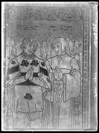 Intérieur : gravure de pierre tombale