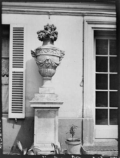 Façade : vase sur colonne