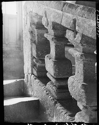 Escalier avec rampe en pierre