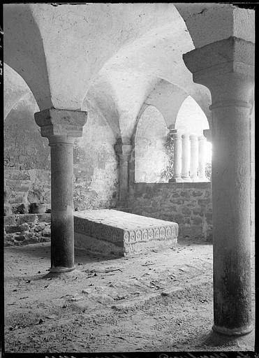 Cloître : tombeau de saint Geoffroy