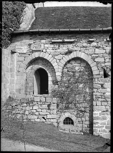 Façade latérale : porte murée et fenêtre