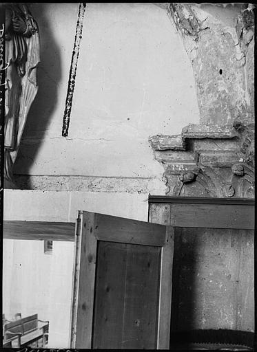 Intérieur : détail de porte, chapiteaux