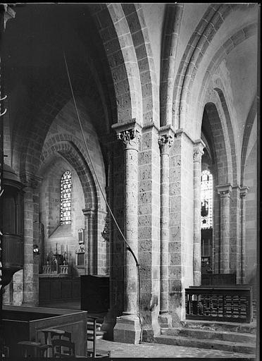 Intérieur : détail de la nef et du choeur
