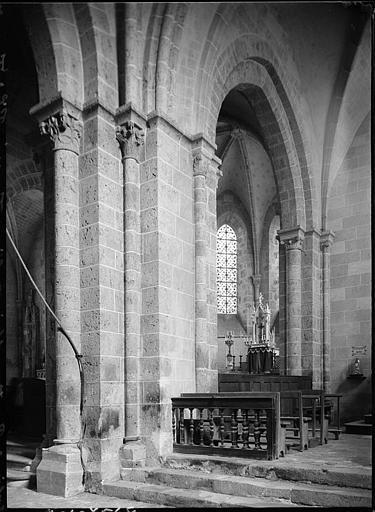 Intérieur : détail de la nef, piliers et chapiteaux
