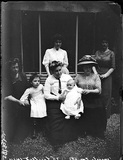Photo de famille : femmes et bébé