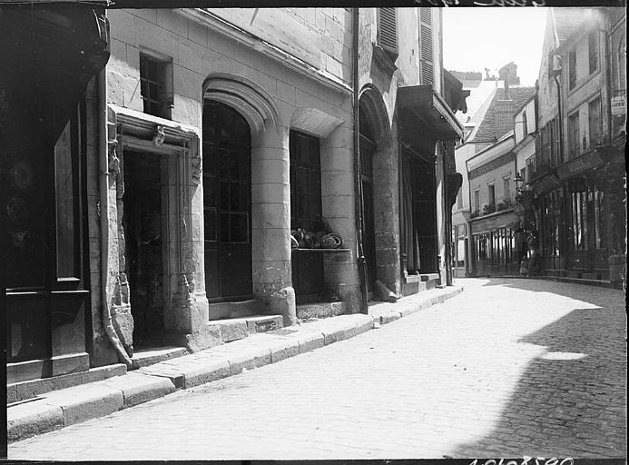 Rue pavée bordée de maisons anciennes