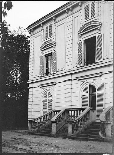 Façade principale, détail et escalier d'honneur