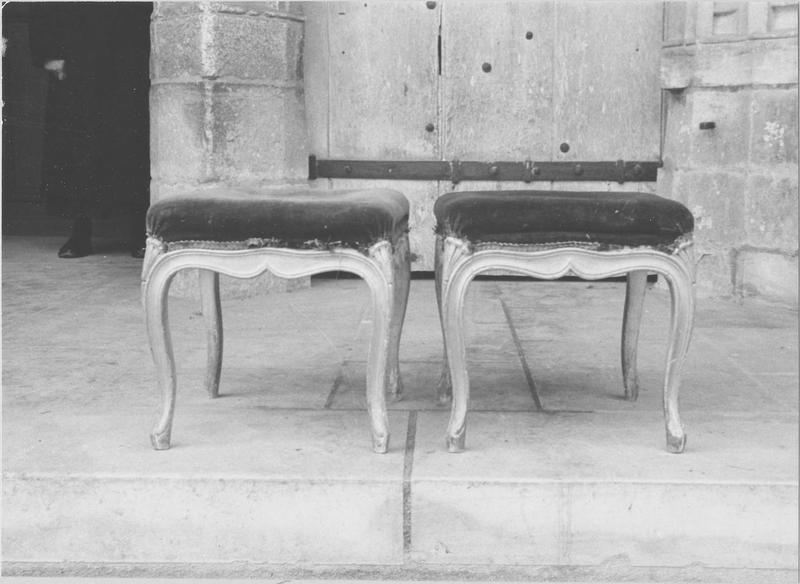Deux tabourets (volés)