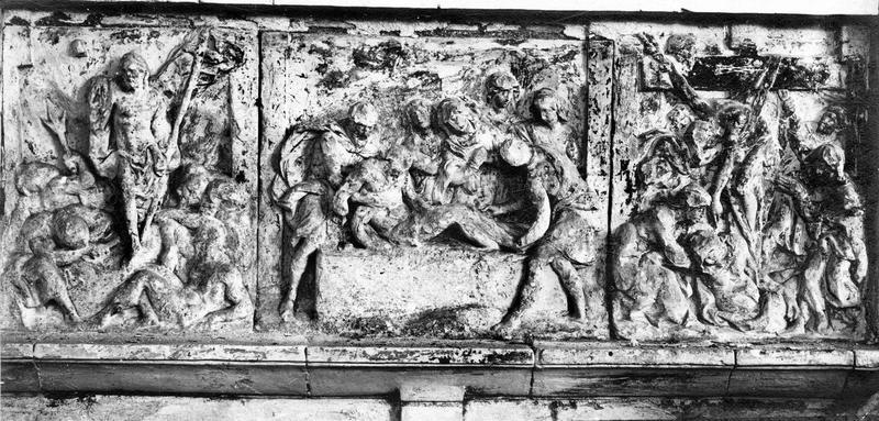 3 bas-reliefs : Descente de Croix, Mise au tombeau, Résurrection