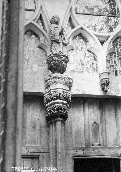 Statue : religieux priant