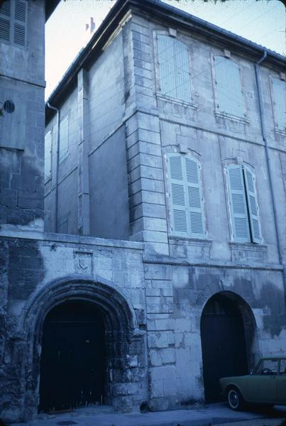 Rue du Cloître : façade avec un ancien portail sculpté