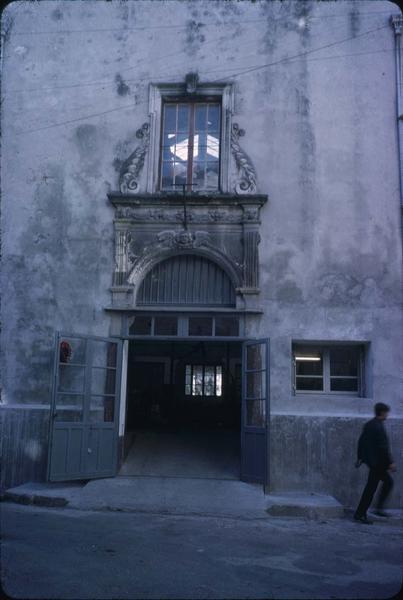 Portail d'entrée de l'immeuble situé au croisement de la rue du Bac et de la rue Elie-Giraud