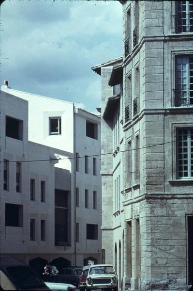 Rue de la Balance : immeuble ancien, situé au croisement de la rue de la Monnaie, face à un immeuble moderne