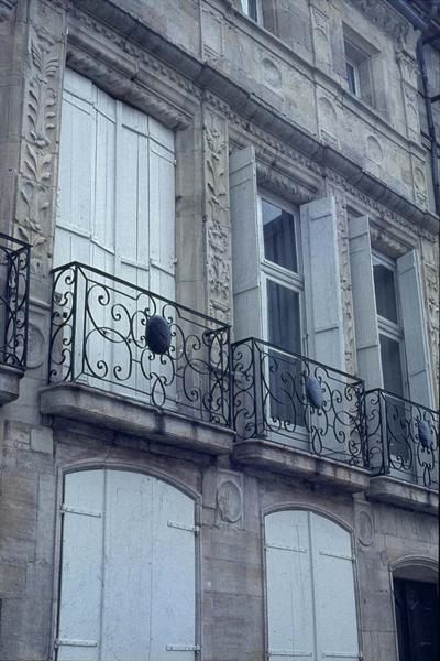 Façade sur rue : sculptures ornementales et balcons en fer forgé