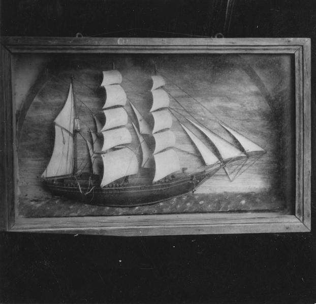 Ex-voto : demi-maquette du voilier à trois mats le Courier du Canada, et cadre