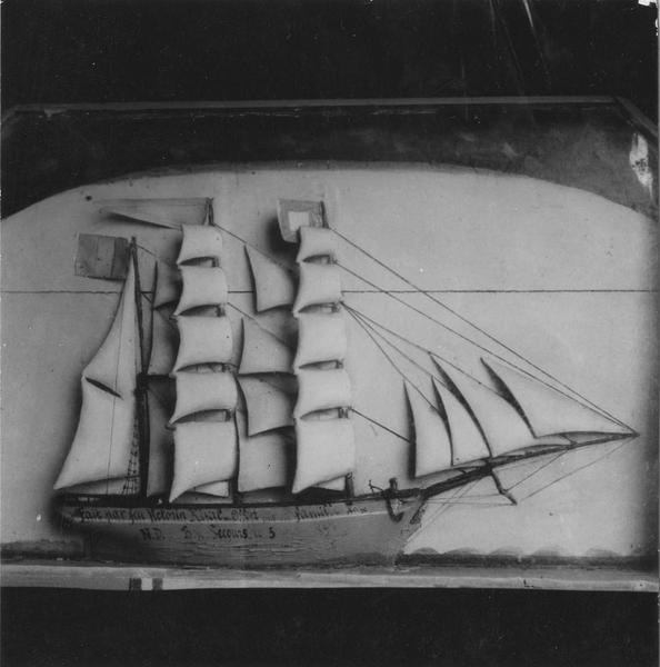 Ex-voto : demi-maquette de voilier à trois mats, cadre