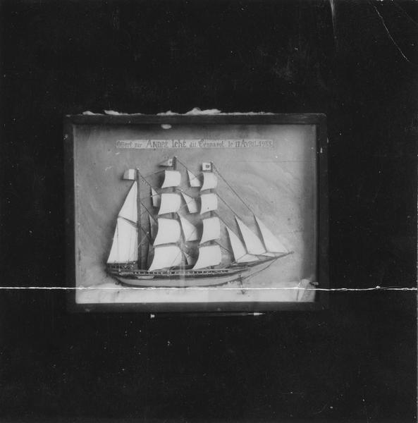 Ex-voto : demi-maquette de bateau trois mats, cadre