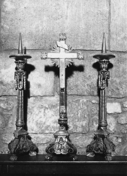 Garniture d'autel : croix, chandeliers, vue générale