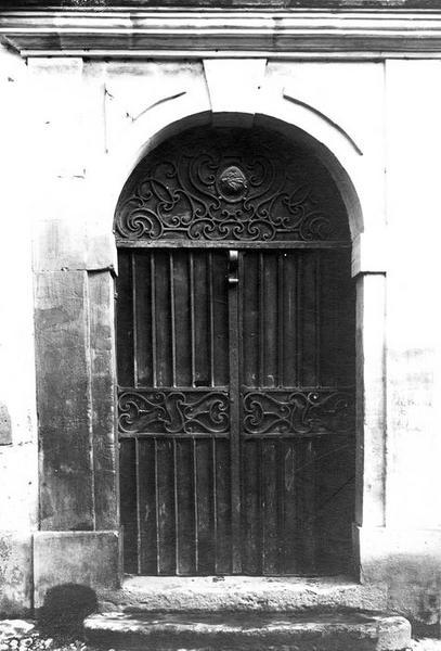 vantaux et tympan de la porte d'entrée de la façade sud, vue générale