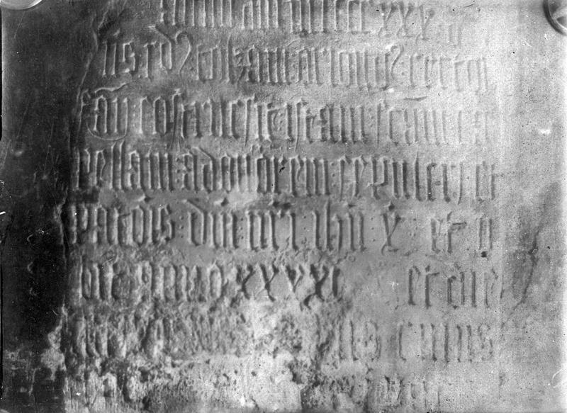 plaque funéraire de Raymond Tolzani, fondateur d'une chapelle en 1430, vue partielle