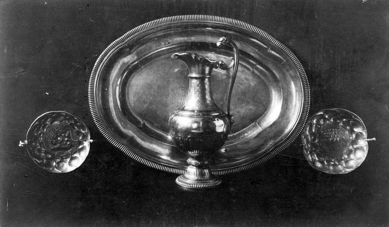 Chapelle de Monseigneur Dillon (calice, patène, aiguière, plateau, boîte à hosties, burettes, plateau à burettes, bougeoir, ampoule aux saintes huiles)