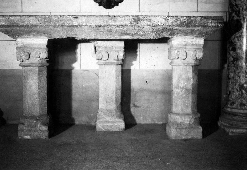 autel servant de fonts baptismaux, vue générale