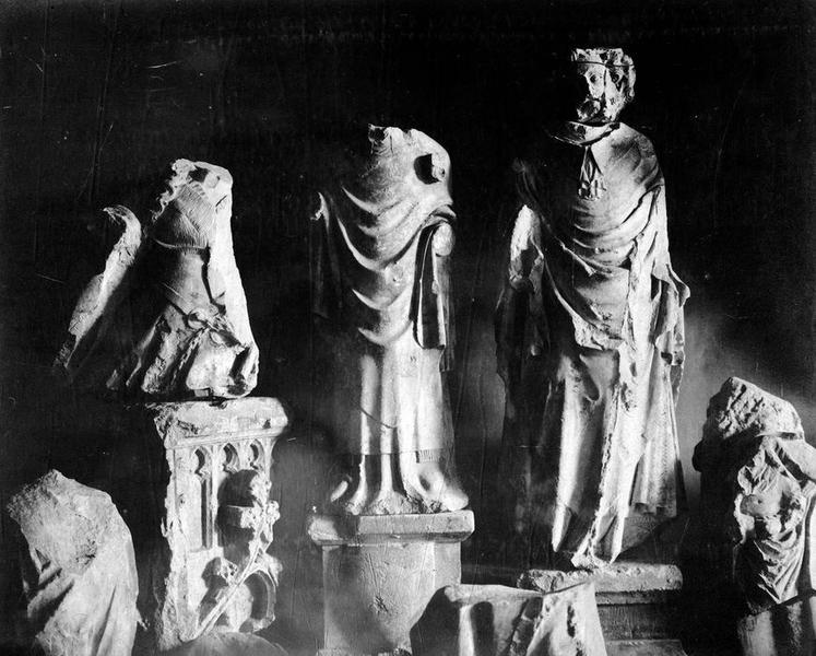 statues (fragments), vue générale