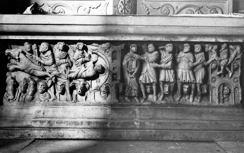 sarcophage servant d'autel, vue générale