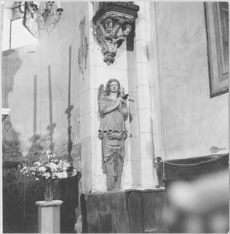statue : ange adossé, vue générale