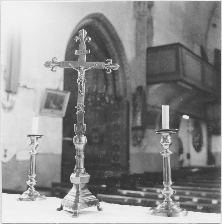 chandeliers et croix d'autel, vue générale