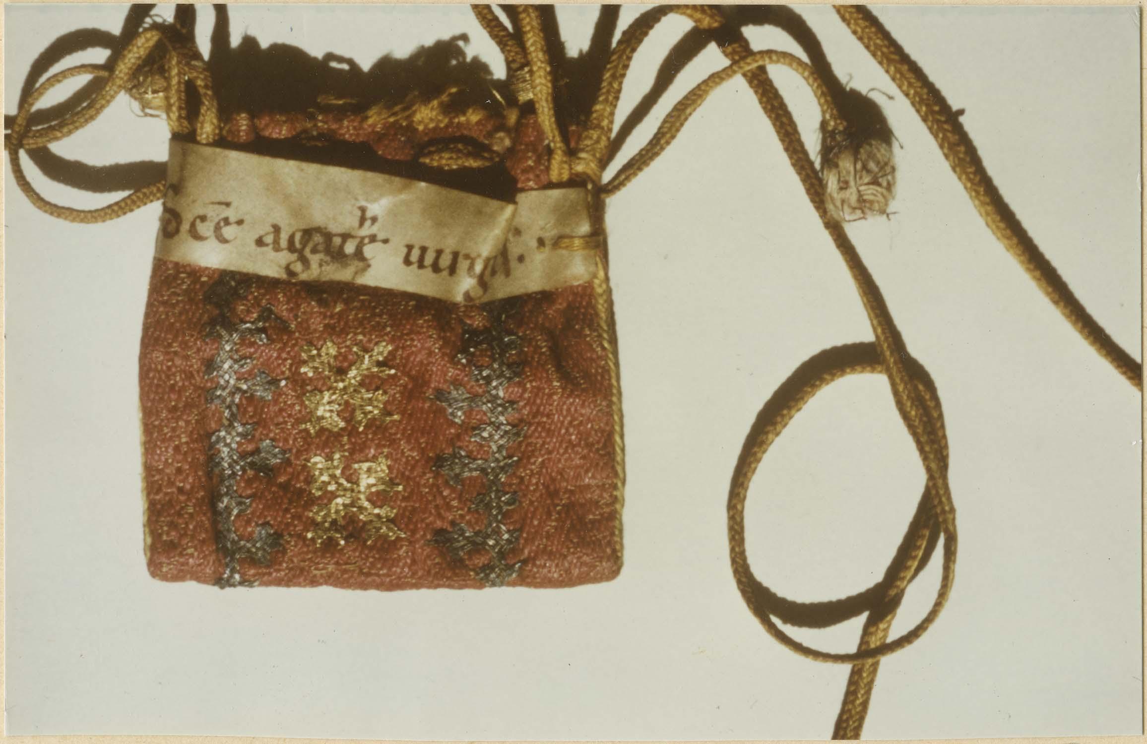 Étui : sachet ayant contenu des reliques de sainte Agathe, vierge et martyre