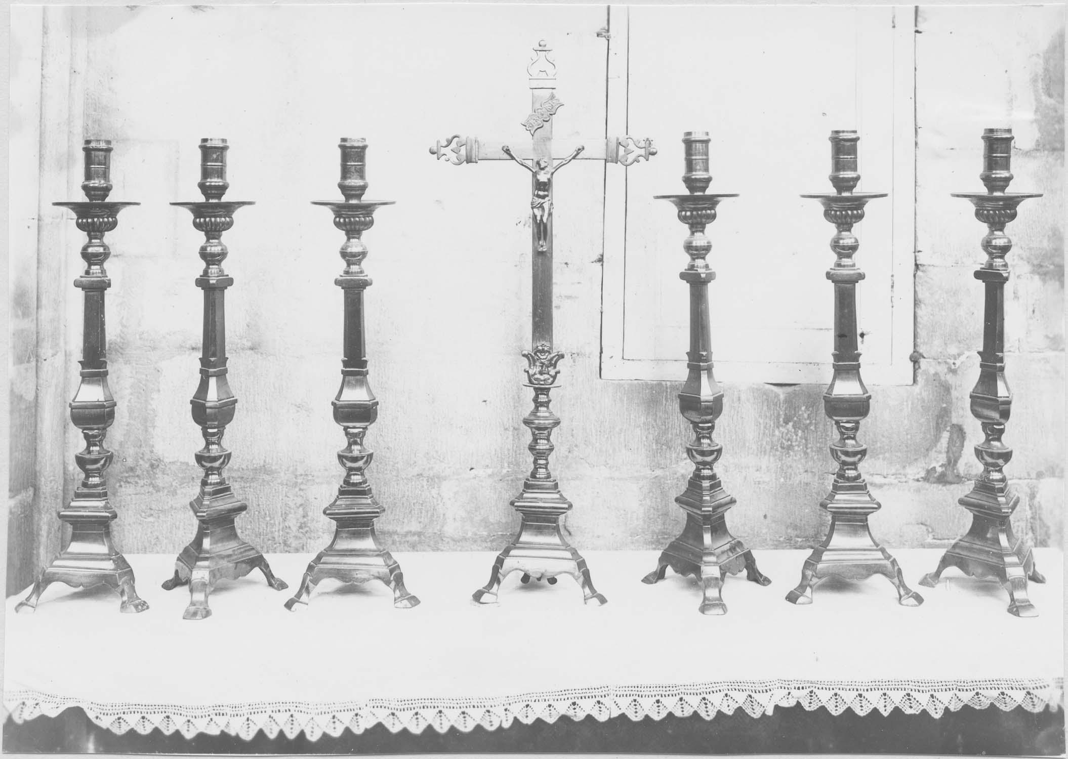 garniture d'autel : croix  et chandeliers, vue générale