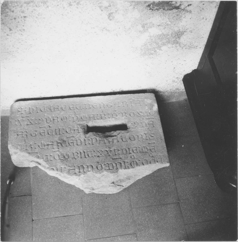 plaque funéraire de Bérangère, veuve d'un orfèvre, vue générale