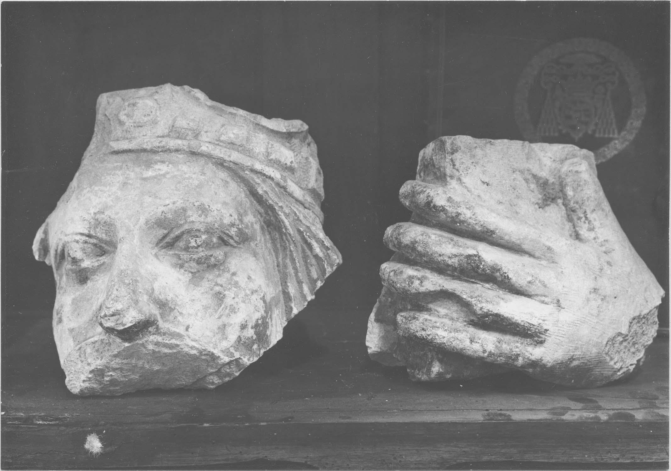 fragments de sculptures (tête couronnée, main tenant un livre), vue générale