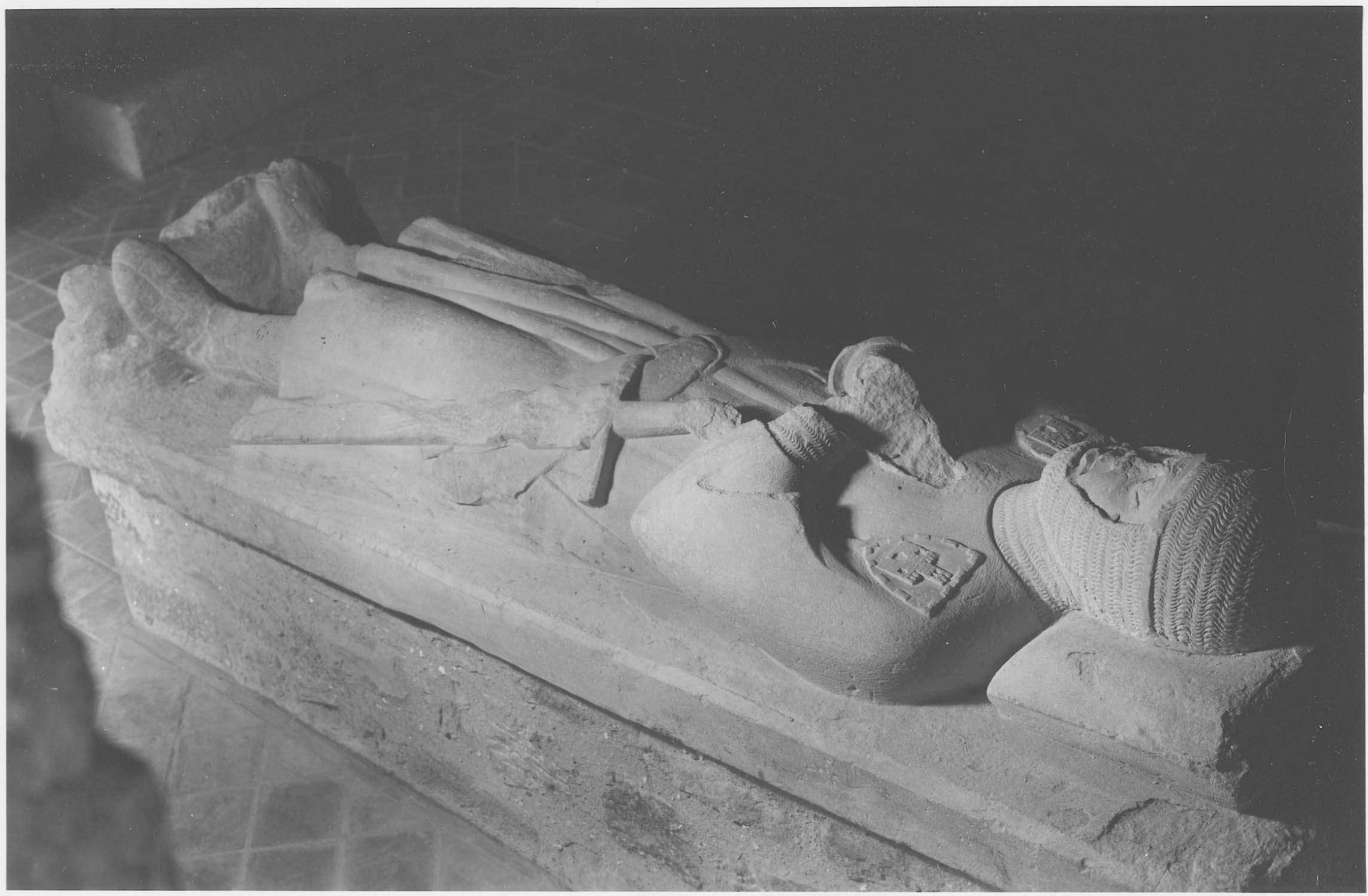 statue (gisant) d'un chevalier, vue générale