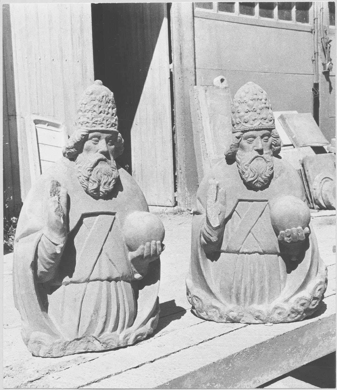 2 statues : Deux personnages de la Sainte Trinité