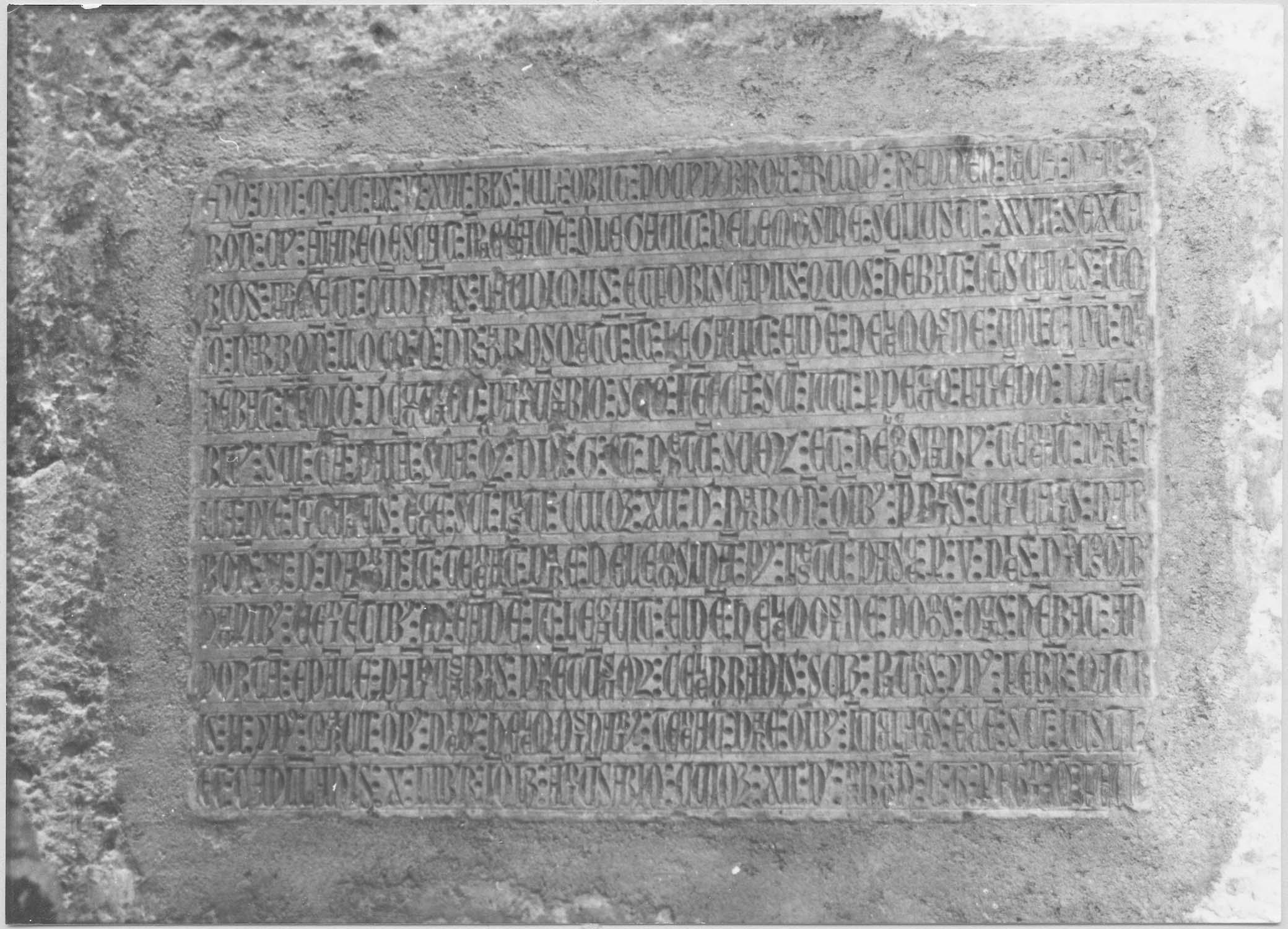 Plaque funéraire de Pons de La Broue, archidiacre du Razès, chanoine de Narbonne