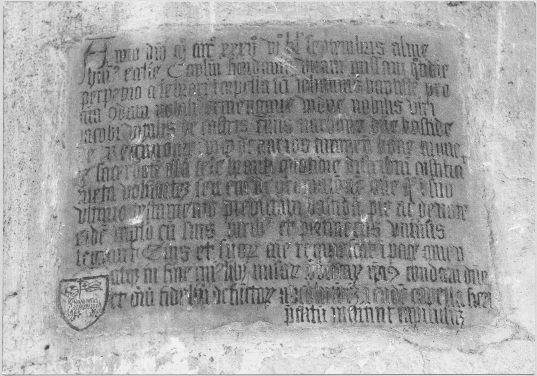 plaque commémorative de la donation de la Bastide de Régimont par Ermengave, veuve de Vitalis de Castris