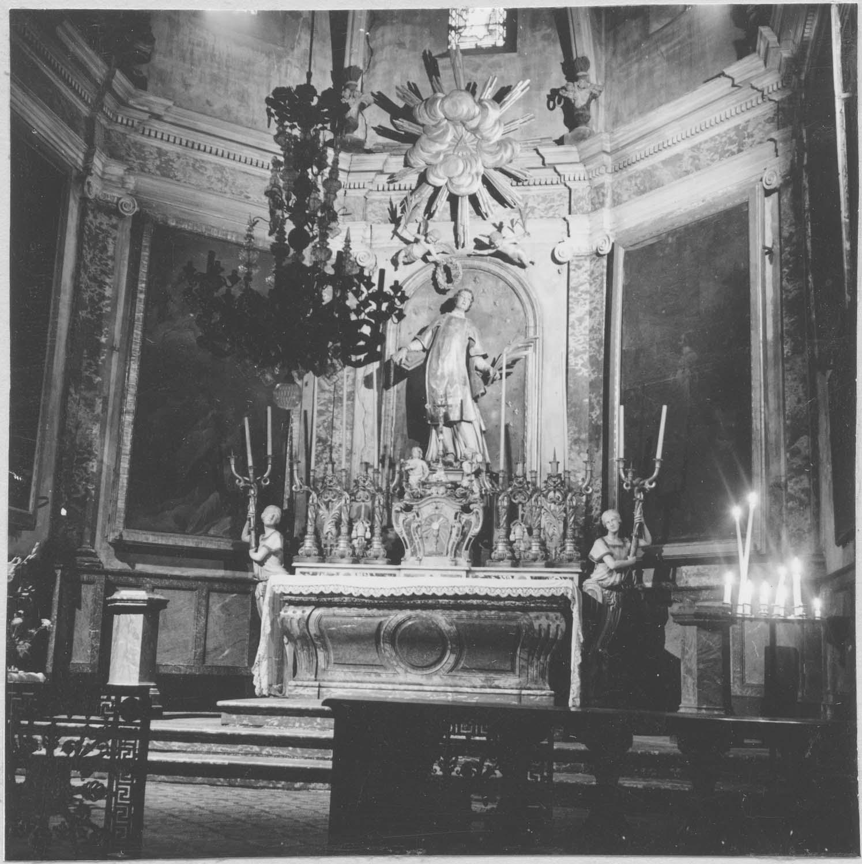 Chapelle Saint-Etienne : autel, tabernacle, clôture (table de communion), pilastres, corniche, statue : Saint Etienne, sculpture (gloire), lustre