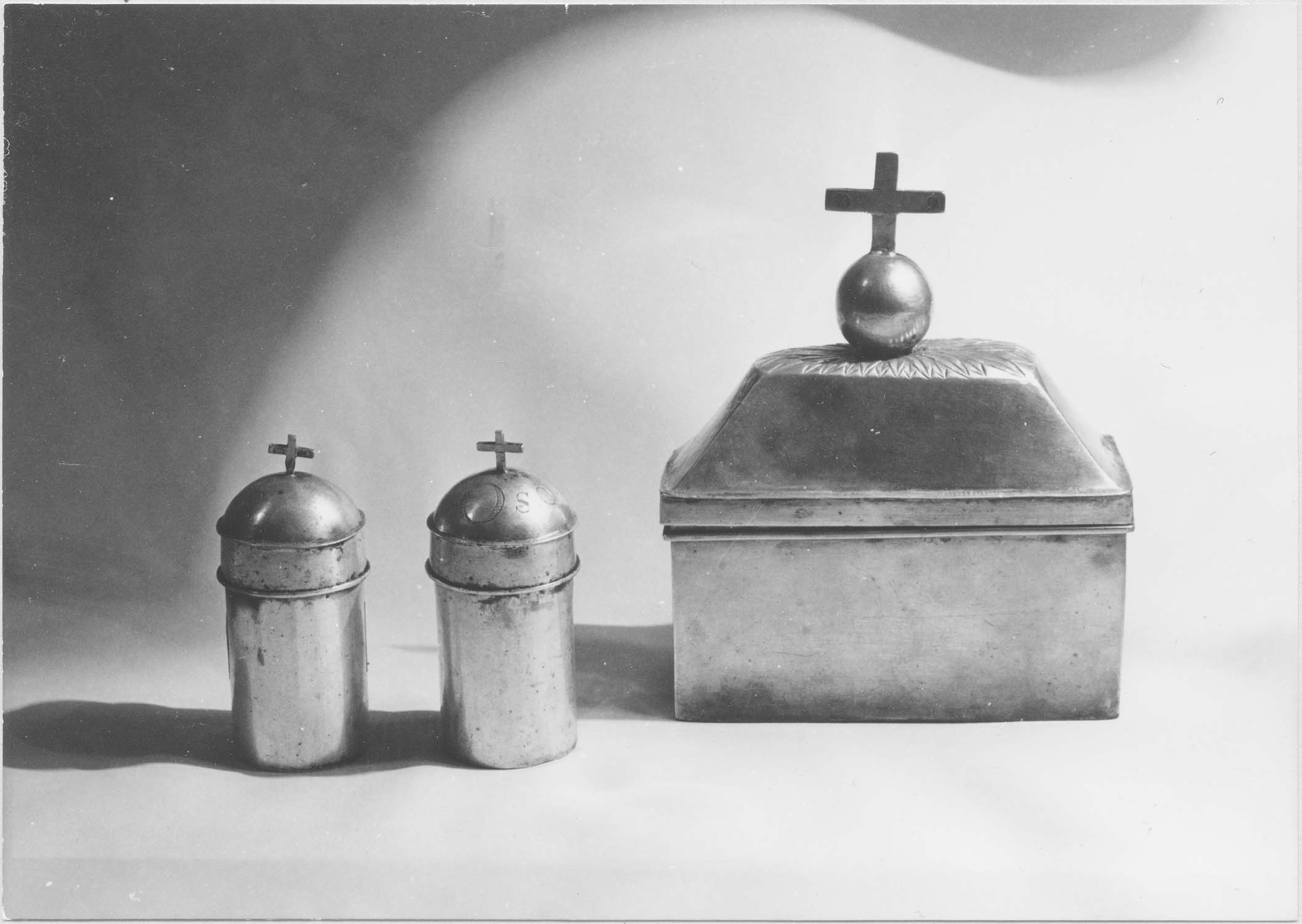 ampoules aux saintes huiles (chrémeaux), coffret aux saintes huiles