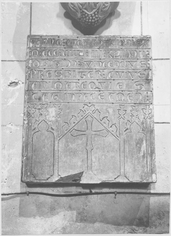 plaque funéraire d'un prêtre